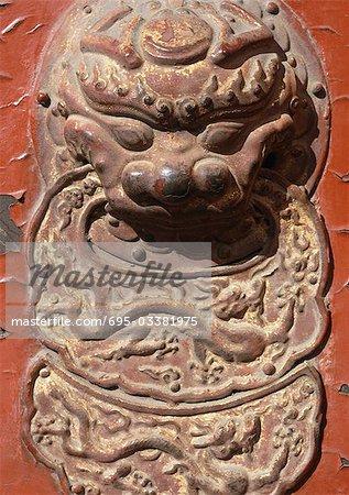 Chine, Beijing, cité interdite, détail de lion sur porte, gros plan