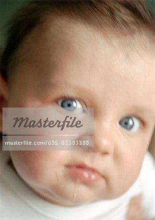 Baby sabbern und Blick in die Kamera, Nahaufnahme, verwischt.