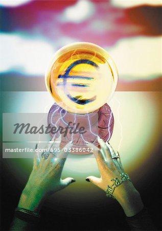 Symbole de l'euro se matérialiser dans la boule de cristal.