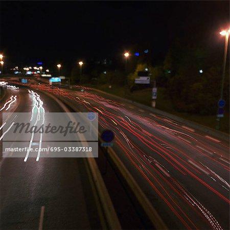 Autoroute la nuit avec des sentiers de lumière, vue sur élevée, longue exposition