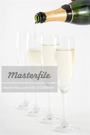 Verser le champagne dans des verres, gros plan