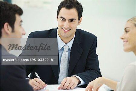 Geschäftspartner Diskussion, Lächeln einander, Man Notizen