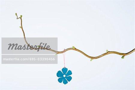 Ornement de fleur suspendue à la branche avec les nouveaux bourgeons de feuilles