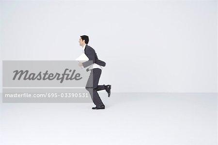 Homme d'affaires en cours d'exécution avec le document, flou de mouvement
