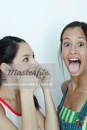Deux jeunes amis faire des grimaces, portrait