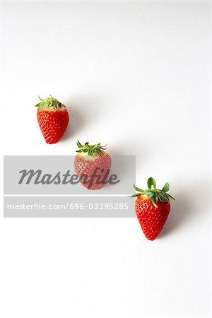 Trois fraises dans une ligne diagonale