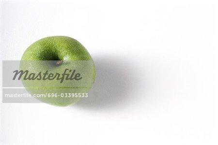 Pomme Granny smith avec les gouttelettes d'eau, vu de juste au-dessus
