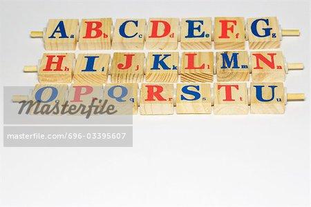 Alphabet en bois bloque en rangées, gros plan