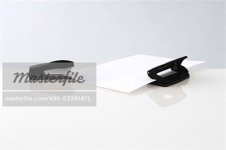 Agrafeuse et perforatrice avec une seule feuille de papier