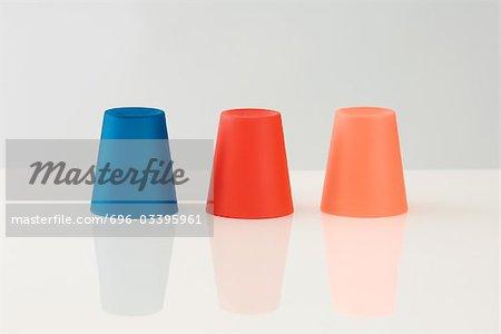Trois couleur tasses, tête en bas
