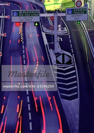 Sentiers de lumière floues sur rue passante, France