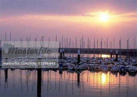 Bateaux dans le port de plaisance au coucher du soleil