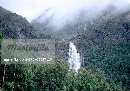 Chute d'eau dans les montagnes avec le brouillard