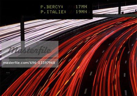 Sentiers de lumière sur autoroute