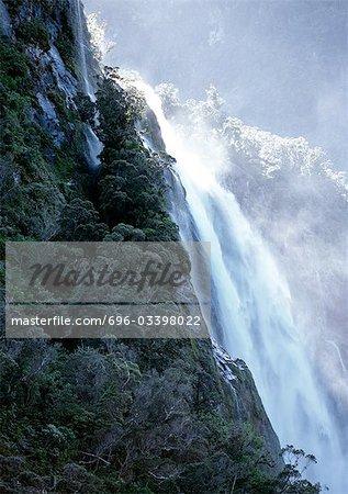 Nouvelle-Zélande, chute d'eau falaise