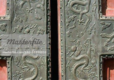 Chine, ferronnerie de motif dragon Pékin, cité interdite, sur la porte