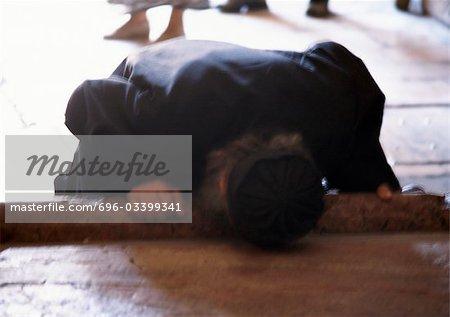 Israël, Jérusalem, la personne touchant la tête au sol, floue