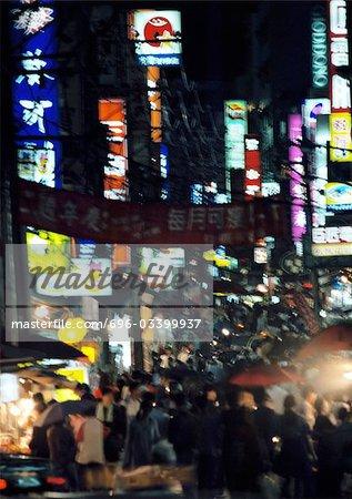 Rue bondée à vue de nuit, grande angle