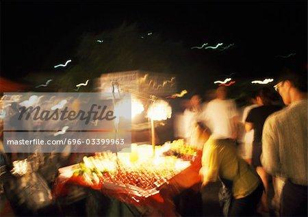 Étal de fruits dans la rue la nuit