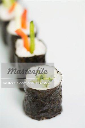 Ligne de maki sushi, gros plan, mettre l'accent sur le premier plan