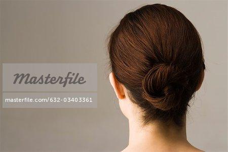 Frau mit Haaren in Chignon, Rückansicht angeordnet
