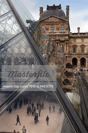 Cour de Musée du louvre de musée avec vue sur la pyramide - paris