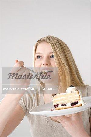 Frau essen Kuchen