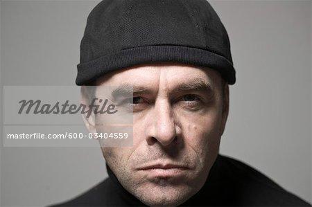 Portrait d'un homme en chapeau noir