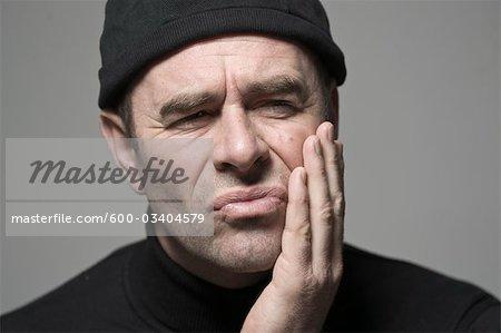 Homme avec les maux de dents