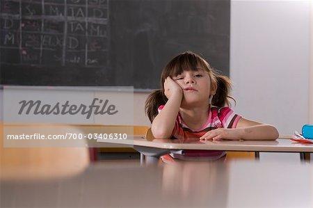 Schulmädchen sitzen am Schreibtisch