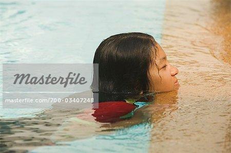 Adolescente à la piscine, Bangkok, Thaïlande