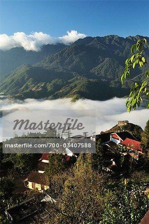 Montagnes d'Hoang Lien et brouillard de matin dans la vallée de Sapa, Sapa, Province de Lao Cai, Vietnam