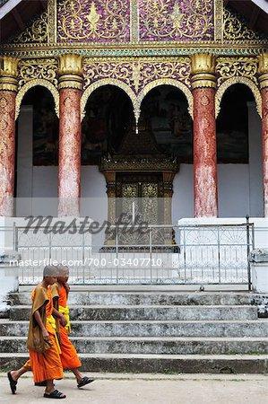 Moines au Wat Aphay, Luang Prabang, Laos