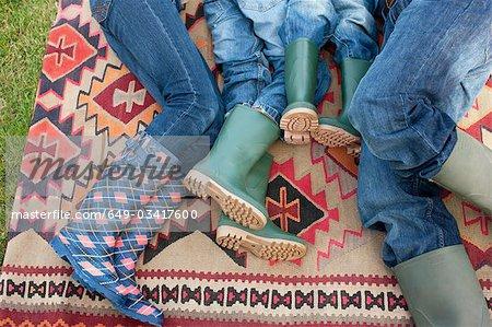 Famille couché sur le tapis à l'extérieur