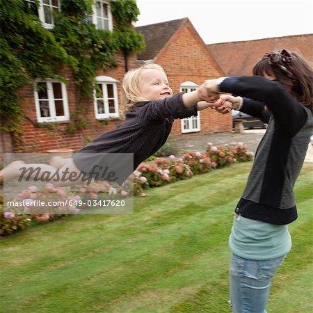 Femme enfant balancer en plein air