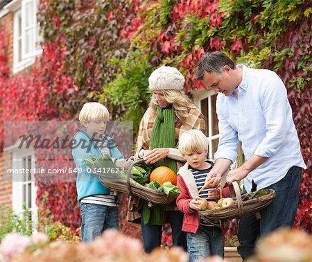 Famille cueillette de légumes de saison