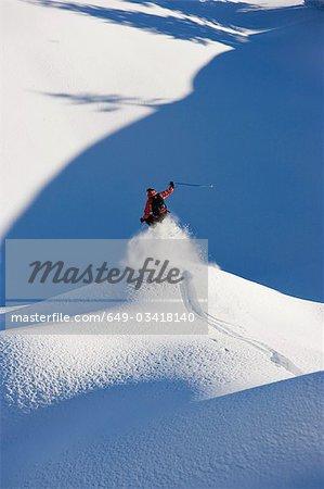 Un skieur sautant