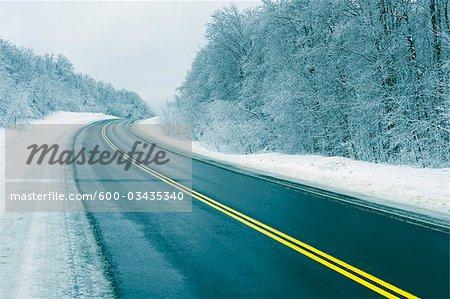 Route à deux voies en hiver