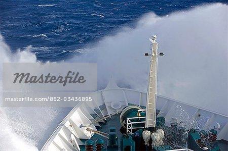 L'Antarctique, la péninsule Antarctique, Passage de Drakes. En cours d'exécution dans une mer démontée, la proue du navire expédition MV Discovery coupe un chemin à travers la mer qui sépare le continent austral de l'Amérique du Sud.