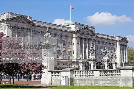 Buckingham Palace est la résidence londonienne officielle du monarque britannique. Le palais, à l'origine connu comme Buckingham House (et toujours surnommé Buck House par la famille royale), était une grande maison de ville construit pour le duc de Buckingham en 1703 et est entré en possession de la famille royale lors acquis par le roi George III en 1762 dans une résidence privée.