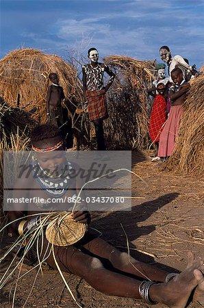 Une fille Nyangatom tisse un panier d'herbe. Le Nyangatom ou Bume sont une tribu nilotique de pasteurs semi-nomades qui vivent le long des rives du fleuve Omo dans le sud-ouest de l'Éthiopie.
