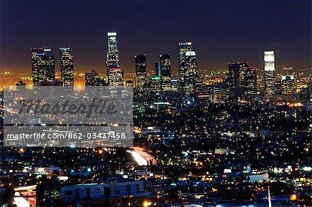 États-Unis, Californie, Los Angeles. Lumières de la ville et les gratte-ciel du centre-ville.