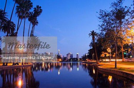 États-Unis, Californie, Los Angeles. Gratte-ciels du centre-ville derrière Echo Park Lake