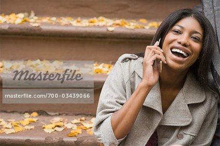 Frau am Handy sprechen