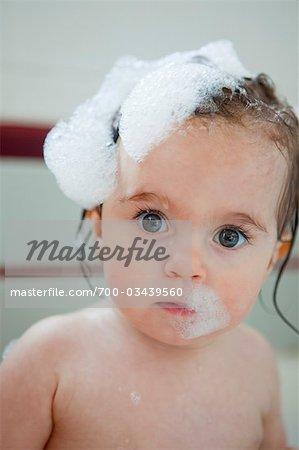 Close-up Portrait von Baby Girl immer ein Bad