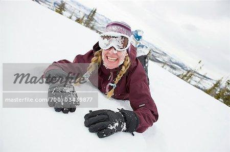 Fallen femme tandis que Snow Cat ski près de Steamboat Springs, Colorado, USA