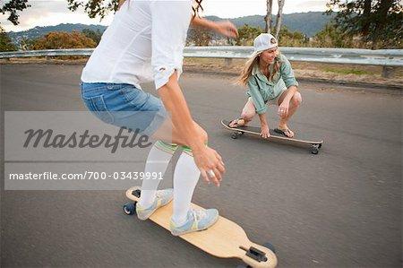 Frauen Skateboardfahren, Portland, Oregon, USA