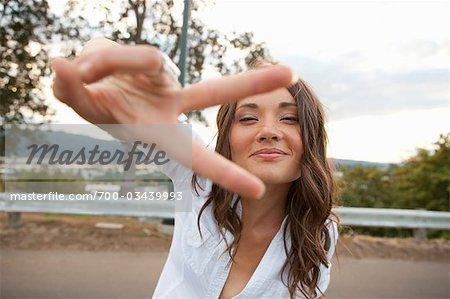 Frau Making Peace-Zeichen