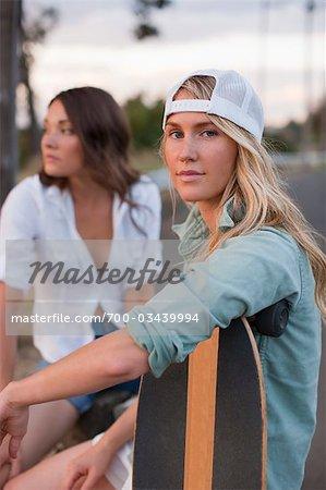 Frauen halten Skateboards, Portland, Oregon, USA