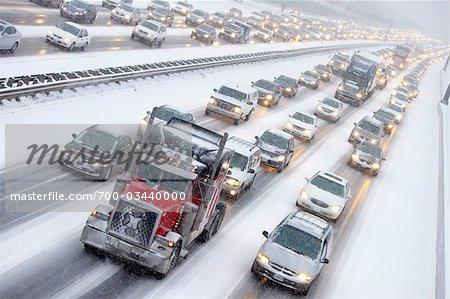 Stoßstange an Stoßstange-Verkehr am Highway 401 im Winter, Ontario, Kanada